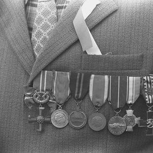 Krigsveteran bär medaljer på sitt bröst i Seinäjoki när Finland firade 60 självständiga år.