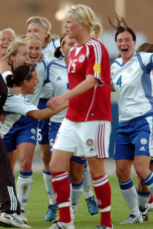 Finlands spelare firar seger över Danmark, EM 2005, med logo på Finlands 100 största idrottsögonblick.