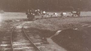 Ångloket Lill-Bässen transporterar människor till Skuru i början av 1900-talet.