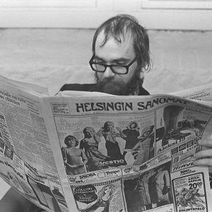 Mies lukee Helsingin Sanomia 1970-luvun alussa.