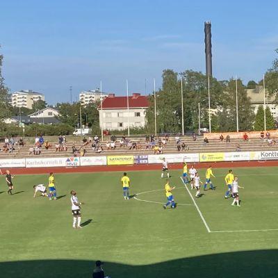 Jalkapallo-ottelu Porin stadionilla.