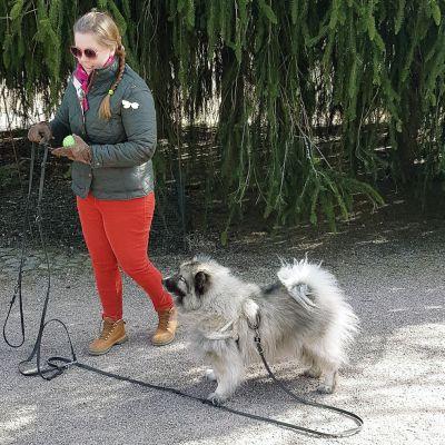 Susanna Salmenkannas ja Yoda-koira.