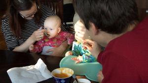 Jarkko Viita syöttää vaimonsa kanssa kaksostyttöjä