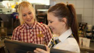 Kätlin Soome ja Janette Hirvelä töissä Ala-Tikkurilan McDonald'silla.