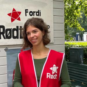 Kvinna framför valstuga i Norge