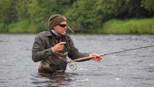 Tommi Liimatainen kalastaa.