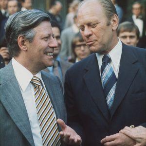 ETYK III. Euroopan turvallisuus- ja yhteistyökokouksen päätösvaiheen kokous Helsingissä 1975. Tapaaminen Yhdysvaltojen suurlähetystön puutarhassa. Saksan liittotasavallan liittokansleri Helmut Schmidt ja Yhdysvaltojen presidentti Gerald Ford.