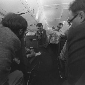 Mauno Koivisto puhuu toimittajille lentokoneessa Bulgarian matkan yhteydessä 1985