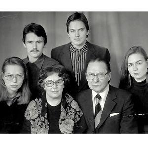 Leena Taavitsaisen perhe Moskovassa v. 1975. Alhaalla vas. sisko Elina, Sirkka-äiti, Mikko-isä, oik. Leena vielä opiskelijana. Ylhäällä vas. veljet Matti ja Jussi-Pekka. Kuvan otti venäläinen ammatitikuvaaja.