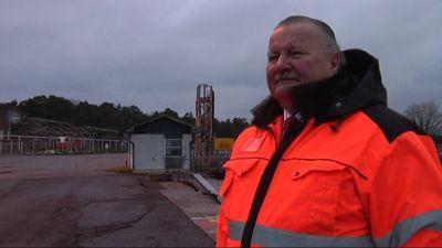 Hamndirektör Paavo Lyytikäinen står längst ute på Finlands södraste spets, Tulludden i frihamnen.