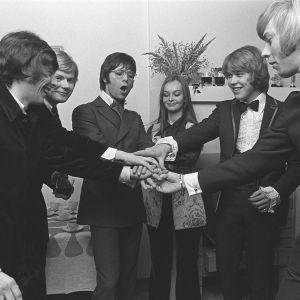 Englantilainen pop-tähti Cliff Richards vierailulla Suomessa ja kutsuilla suomalaisten laulajien kanssa: Kirka Babitzin, Eero Raittinen, Cliff Richards, Kristiina Hautala, Markku Aro ja Danny (Ilkka Lipsanen) (1970-luku)