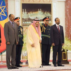 Saudiarabiens Kung Salman bin Abdulaziz Al Saud (i mitten) var också närvarande när Eritreas president Isaias Afwerki (till vänster)  och Etiopiens premiärminister Abiy Ahmed (till höger) undertecknade ett fredsavtal i Jeddah