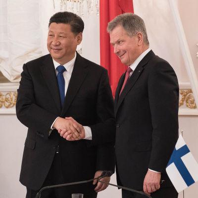 Kiinan presidentti Xi Jinping ja Sauli Niinistö kättelevät