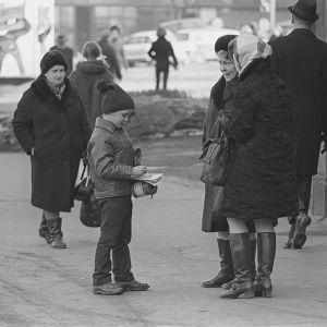Skolelev säljer märken för invaliders väl, 1960