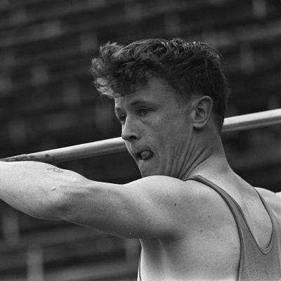 Jorma Kinnunen valmistautuu heittoon 1960-luvulla.
