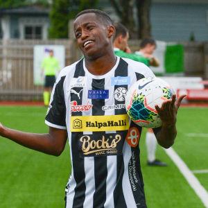 Fabrice Gatambiye slår ut med händerna.