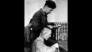 Juutalainen vanki työssä saksalaisessa ammustehtaassa Dachaussa (1942).