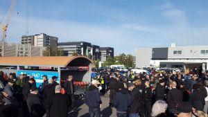 Många demonstranter har samlats utanför ICA Maxi i Mölndal.