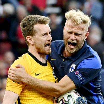 Finland firar efter Lukas Hradeckys straffräddning mot Danmark i EM.