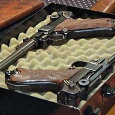 Två handeldvapen i en förvaringslåda.