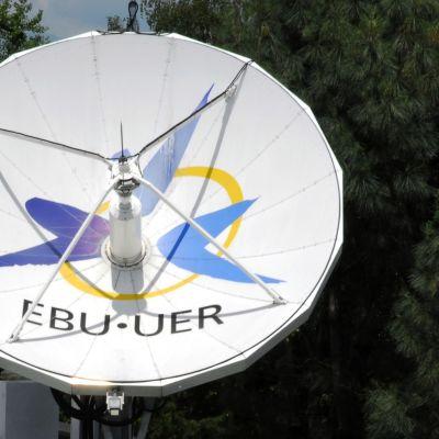 En satellittallrik på taket av EBU:s huvudbyggnad i Geneve.