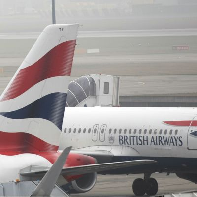 British Airwaysin lentokoneita Heathrowin kentällä.