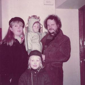 Leena Uotila ja Henri Kapulainen lapsineen.