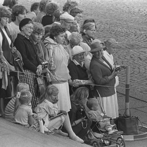 Yleisö odottaa eduskuntatalon portailla Ruotsin kuningasparin saapumista