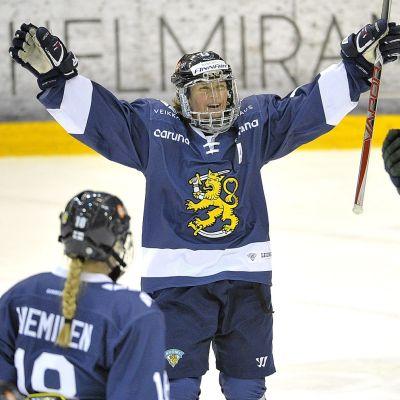 Riikka Välilä firar mål, december 2017.