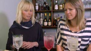 Sommelier Ulrika Karlsson introducerar Sonja Kailassaari till blommiga safter.