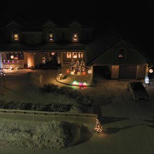 Rovaniemeläisperheen jouluvalot kuvauskopterilla ilmasta kuvattuna.