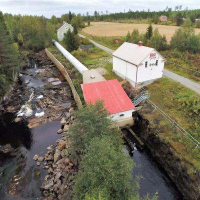 Louhikosken voimalaitos Saramojoessa Nurmeksessa on tuottanut sähköä 1920-luvulta asti. Pohjois-Karjalan Sähkö on päättänyt purkaa voimalaitoksen.