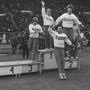 Suomalaiset naisurheilijat palkintopallilla Suomi–Ruotsi-maaottelussa 1960-luvulla.