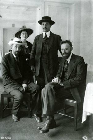 poserande människor 1917. I hatt och kostym på fredskonferens.