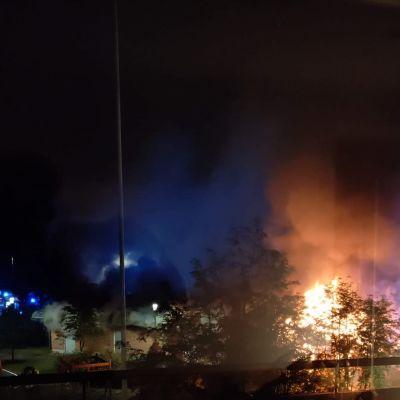 Oulun Hiirosessa torstaina 2. syyskuuta syttynyt sankkasavuinen tulipalo kuvattuna asunnon ikkunasta.