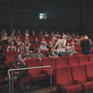 elokuvateatteriyleisöä istuu katsomossa