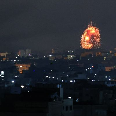 Videolla pommituksia Gazassa perjantain vastaisena yönä.