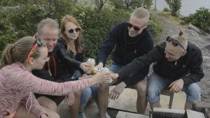 Så här grillar vi i Finland under midsommaren
