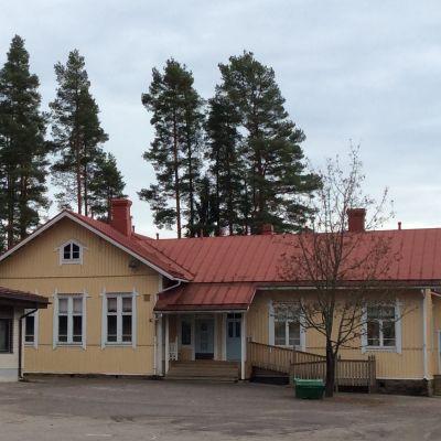 Metsäkylän koulu (alakoulu) Nurmijärven Klaukkalassa. Koulun vanha osa on koulun perustamisvuodelta 1907. Koulussa on vuonna 2015 oppilaita 92.