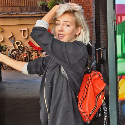 Veronica Maggio poserar i en portgång på Söder i Stockholm