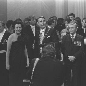 President Mauno Koivisto och hans hustru Tellero fotograferas under självständighetsmottagningen 1982.
