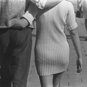 Ett par som kramas och går på en gata