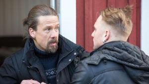 Tommi Eronen vastanäyttelijänsä kanssa sarjassa Koukussa.