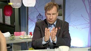 Öva upp förmågan att koncentrera dig och utföra rörelser behärskat - det är rådet hjärntränaren Reidar Wasenius ger. Bild: YLE/Cityportalen Ab