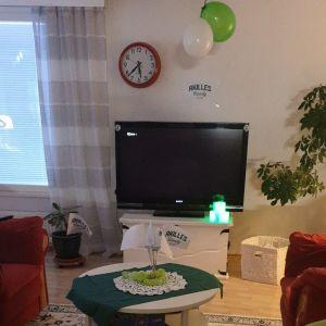 Ett vardagsrum inrett med Akilles-flaggor och gröna ballonger.