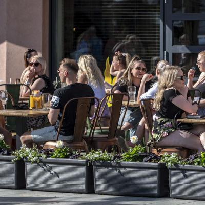 Ravintolan terassi täynnä väkeä Mikkelin keskustassa.