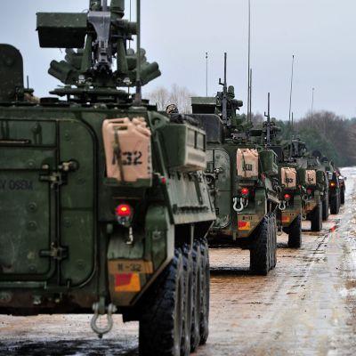 Yhdysvaltalainen panssarivaunuosasto ajaa tietä pitkin.