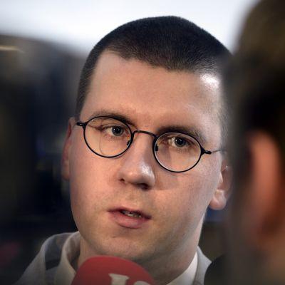 Perussuomalaisten 3. varapuheenjohtaja Sebastian Tynkkynen perussuomalaisten eduskuntaryhmän kokouksessa Helsingissä torstaina 8. lokakuuta 2015.