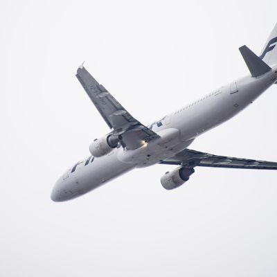 Finnairin Airbus A321 nousemassa ilmaan Helsinki-Vantaan lentoasemalta.