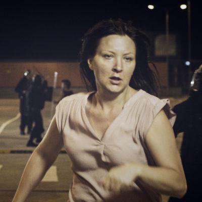 Mirja (Tanja Heinänen) juoksee pakoon miesjoukkoa